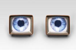 Zwei alte Fernseher mit einem Auge als Bild