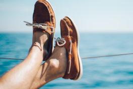 Ausgestreckte Beine mit Schuhen auf einem Schiff