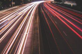 Autobahn in der Nacht fotografiert - Bluthochdruck