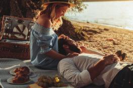 Ein glückliches Paar macht ein Picknick an einem See