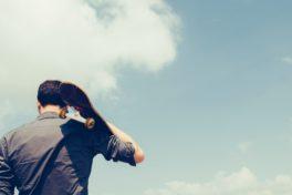 Ein Mann mit einem Skateboard auf der Schulter