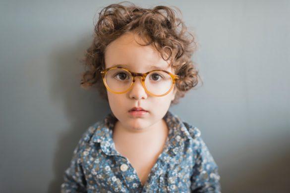 Ein süsser Junge mit einer Brille