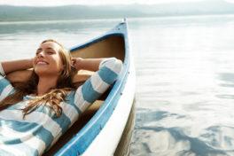Frau im Boot auf einem See