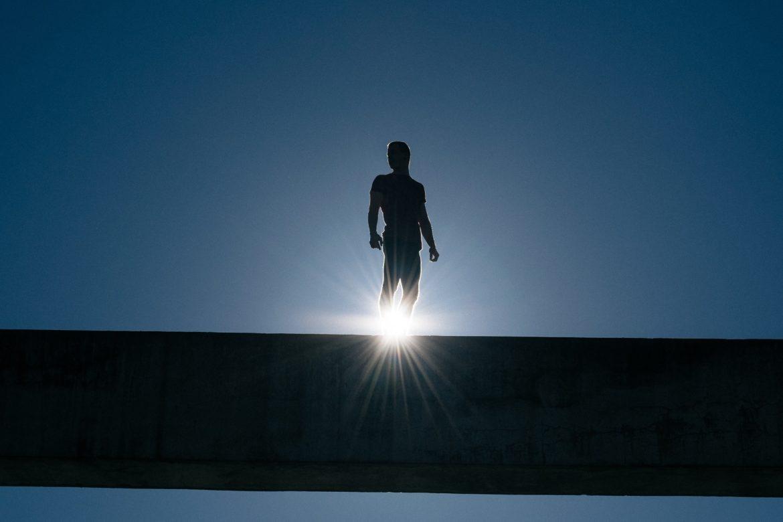 Mann Sonne auf Balken