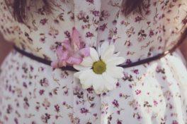 Kleid mit Blumenmuster und Blume im Gürtel