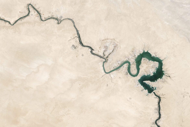 Luftaufnahme eines kurvenreichen Flusses in einer trockenen Umgebung