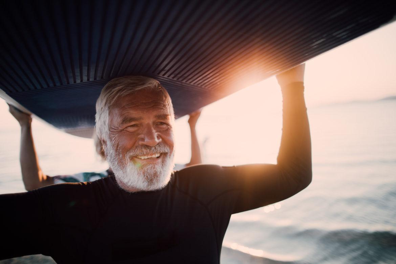 Älterer Mann beim Surfen.