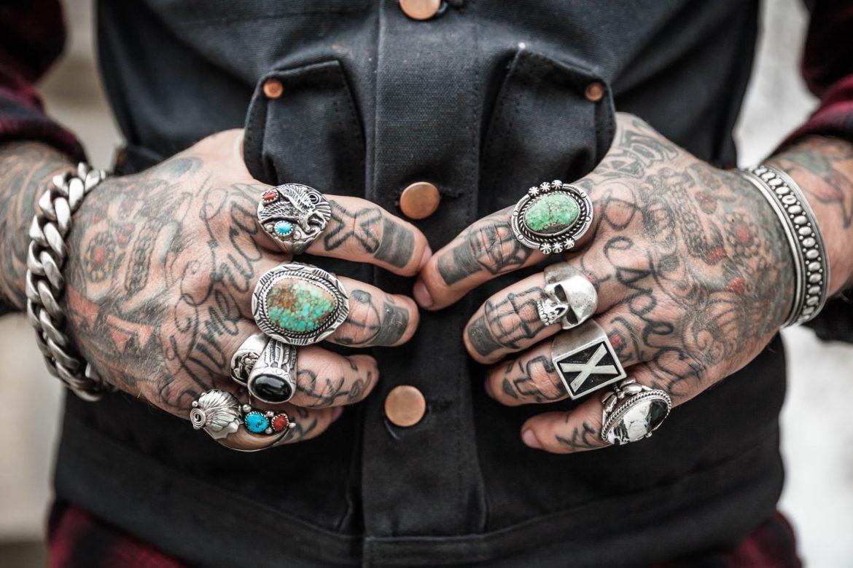 Hände mit Ringen und Tattoos