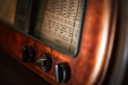 Ein altes Radio in Nahaufnahme mit Schaltern und Knöpfen.