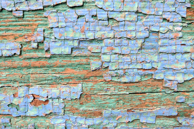Ein Holz auf dem blaue Farbe abplatzt