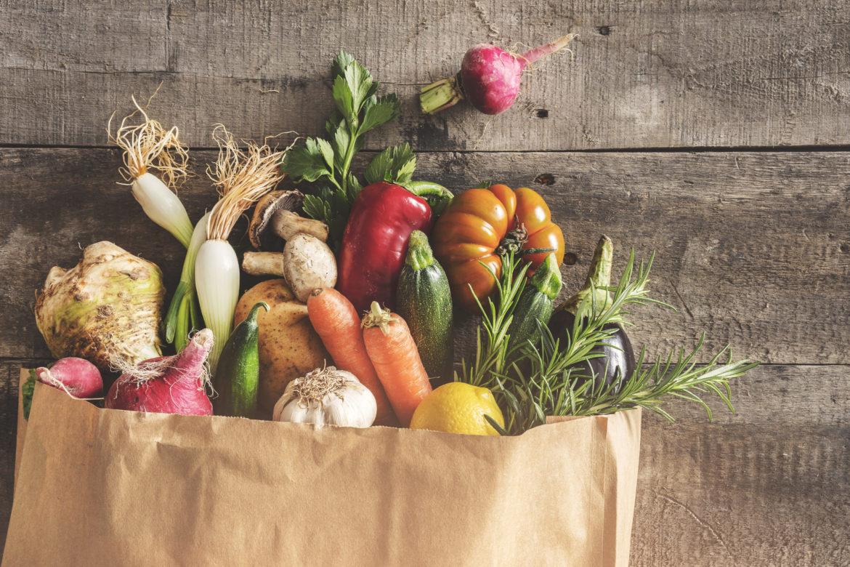 Frisches Gemüse in einer Papier Einkaufstüte.