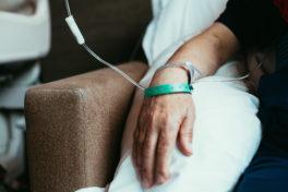 Hand eines Patienten mit einer Infusion