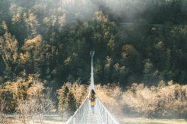 Frau auf Hängebrücke, Herbst_HER2