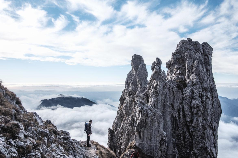 Wanderer zwischen zerklüfteten Bergen.
