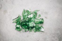 Glas Flasche Scherben zerbrochen