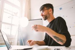 Mann Brille Tattoo Arbeitsplatz