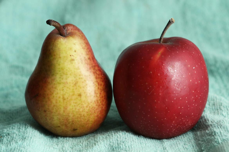 Ein Apfel und eine Birne auf einem blauen Tuch