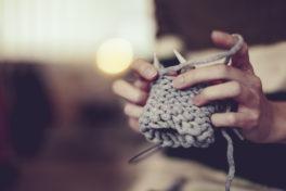 Stricken Wollknäuel Hände