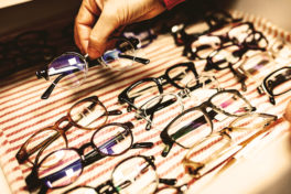 Brillen Ausstellung Hand