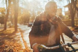 Älterer Mann Fahrrad Strasse