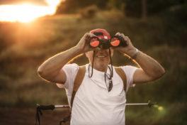 Mann Feldstecher Wandern