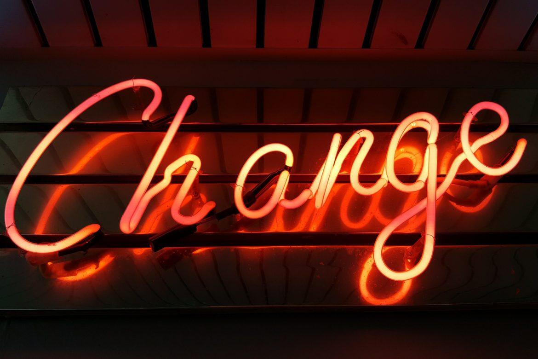 Rote Neon-Leuchtschrift bildet das Wort Change