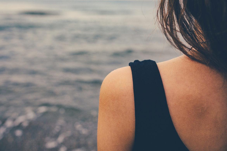 Schulter einer Frau mit Trägershirt