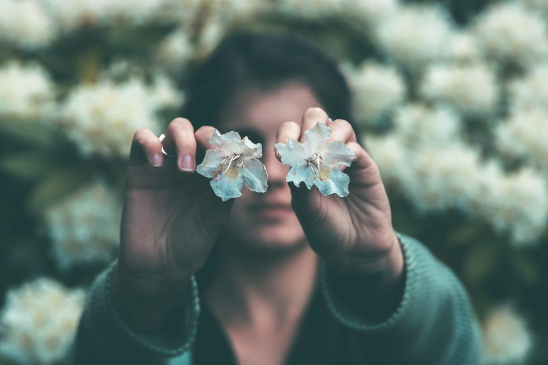 Frau Blüten Augen