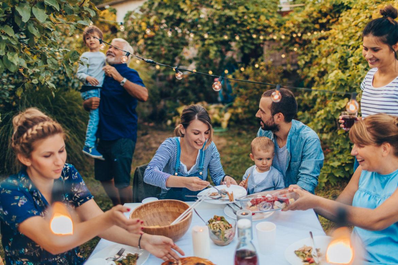 Familie mit mehreren Generationen beim Essen im Garten