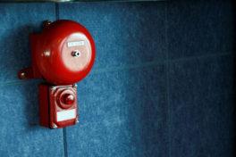 Feueralarm an einer blauen Wand