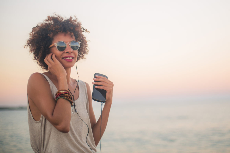 Besser Ohrstecker oder Kopfhörer? Viele Menschen nutzen In-Ear-Kopfhörer, um Musik oder PodCasts zu hören, oder zum Telefonieren. Ob In-Ear-, Bügel- oder Muschel-Kopfhörer, ist letztlich eine Frage des Zwecks: Bei geschlossenen Kopfhörern werden Nebengeräusche ausgeblendet, somit ist eine geringere Lautstärke nötig, um das gewünschte Klangergebnis zu erreichen. Bei den neuen kleinen In-Ear-Kopfhörern für das Smartphone gibt es solche mit Lautstärkeregelung, die starken Nebengeräusche aus der Umwelt verführen jedoch schnell zum Aufdrehen der Lautstärke. Verkehr gefährlicher mit Kopfhörern Das Gesetz erlaubt es, auch beim Auto- und Velofahren sowie als Fussgänger Kopfhörer zu tragen, sofern die allgemeine Verkehrssicherheit nicht gefährdet wird. Allerdings riskiert man so auch Unfälle. Wer mit Kopfhörer in einen Unfall verwickelt ist, trägt unter Umständen eine Mitschuld. Akustik-Experten der Suva errechneten, dass etwa ein Velofahrer, der mit einer Lautstärke von 80 Dezibel Musik über Kopfhörer hört, von hinten nahende Fahrzeuge erst auf drei Meter Abstand wahrnimmt. Die Reaktionszeit ist daher oft zu kurz, um einer Gefahr zu entkommen. Tinnitus durch zu laute Musik Bereits heute hat jeder fünfte Jugendliche ein permanentes Klingeln in den Ohren, wie eine Studie der Universität Antwerpen in Belgien ergeben hat. An der Untersuchung nahmen 4`000 flämische Studenten teil. Danach hat ein Fünftel der Schüler in den Oberstufen ein permanentes Klingeln in den Ohren, welches Folge von zu hoher Lärmbelastung ist. Drei von vier Befragten haben schon einmal temporären Tinnitus erlebt. Aber nur fünf Prozent verwenden Gehörschutz wie zum Beispiel Ohrstöpsel. Tinnitus und Schwerhörigkeit sind eng miteinander verbunden. Auslöser für Tinnitus kann ein zu hoher Lärmpegel sein. Wer seine Ohren über lange Zeit hohen Lärmquellen (auch durch Kopfhörer) aussetzt, riskiert Tinnitus.