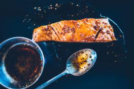 Gebratenes Lachsfilet mit Honig bestrichen
