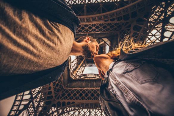 Junges, verliebtes Paar unter dem Eiffelturm in Paris