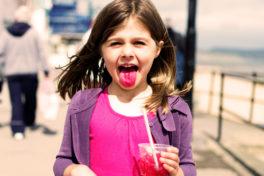 Mädchen mit einer roten Zunge