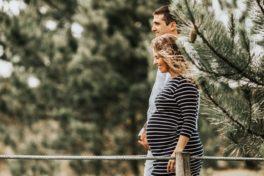 Paar geht, sie ist schwanger