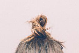 Ein Teil eines Kopfes mit Dutt.