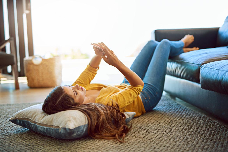 Frau macht Übungen am Boden