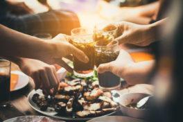 Menschen essen und trinken zusammen