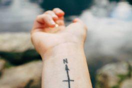 Tattoo auf Arm vor See