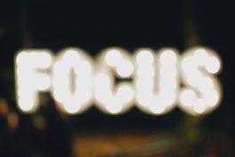 Wort Focus unscharf in Leuchtschrift geschrieben