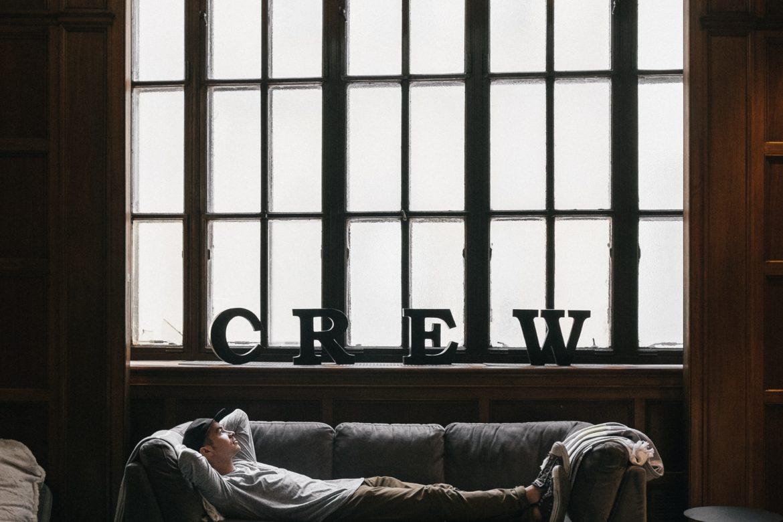Mann auf Sofa vor Fenster
