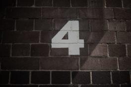 Zahl vier auf Mauer
