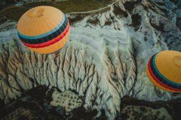 Zwei Ballons über Berg