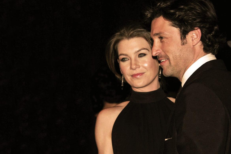 Die Schauspieler von Grey's Anatomy Meredith Grey, Ellen Pompeo und Derek MyDreamy Shepherd, Patrick Dempsey Arm in Arm auf einer Gala.