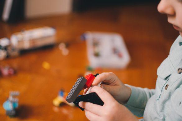 Ein Kind spielt mit Legosteinen.