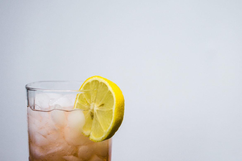 Glas Wasser mit Zitrone
