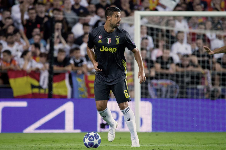 Fussballspieler Sami Khedira in Juventus Turin Trikot mit dem Fussball auf dem Fussballplatz vor dem Tor.