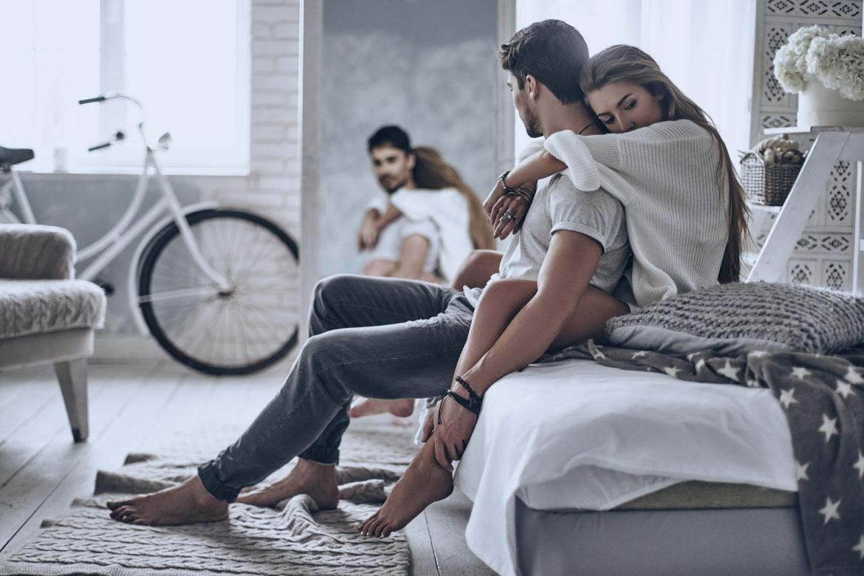 Mann und Frau an Bett