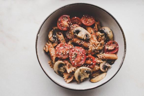 Pasta mit Tomaten-Champignon-Sauce
