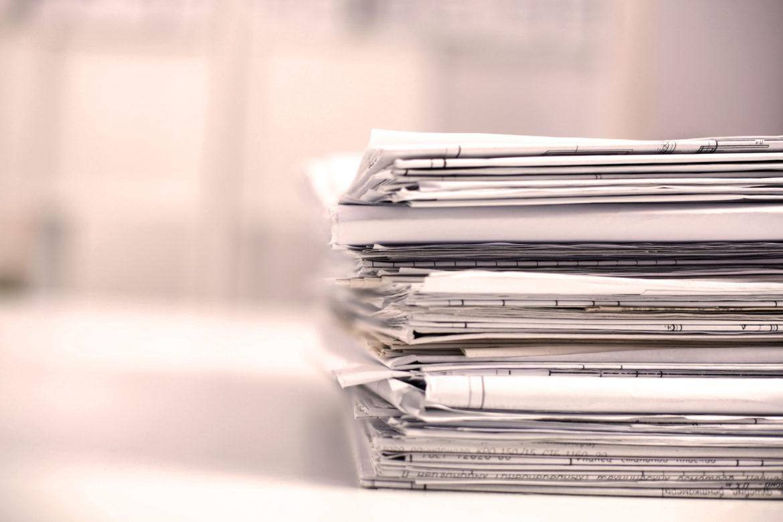 Ein Stapel mit Akten, Papier.